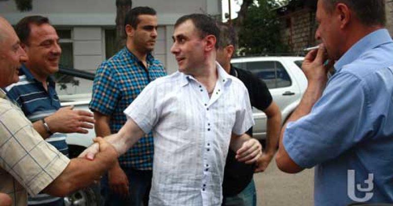 ბორჯომში ყოფილი პოლიციის უფროსის პატიმრობიდან გათავისუფლებას აპროტესტებენ