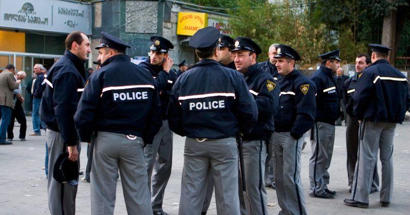 პოლიცია, რომელიც ფანჯრებს ამსხვრევს