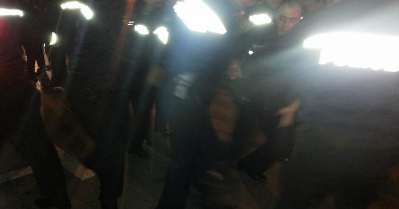 პრემიერის სახლის წინ პოლიციამ აქციის მონაწილეები დააკავა