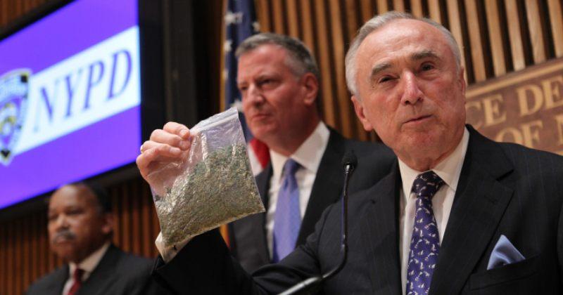 პოლიციის კომისარი აჩვენებს, რა ოდენობის მარიხუანას ფლობა აღარ ისჯება პატიმრობით
