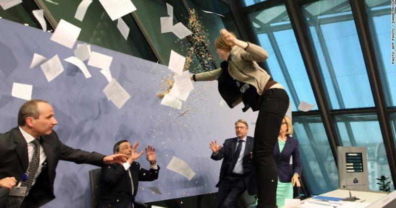 ევროპის ცენტრალური ბანკის პრეზიდენტ მარიო დრაგის კონფერენციაზე თავს დაესხნენ