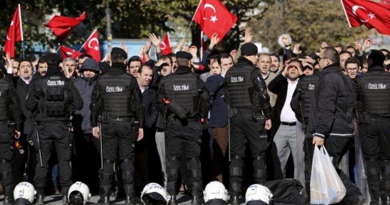 თურქულმა პოლიციამ ოპოზიციური მედიასაშუალებები დაარბია