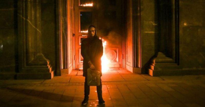რუსმა მხატვარმა ФСБ-ს ლუბიანკას კარებს ცეცხლი წაუკიდა