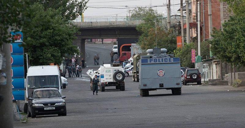 შეიარაღებული ჯგუფი ერევნის პოლიციის განყოფილებაში ამ დრომდე რჩება