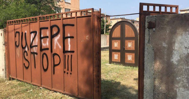 """პაპის ვიზიტის წინ, უცნობებმა კათოლიკე ეკლესიის კარი შეღებეს - """"stop juzepe!"""""""