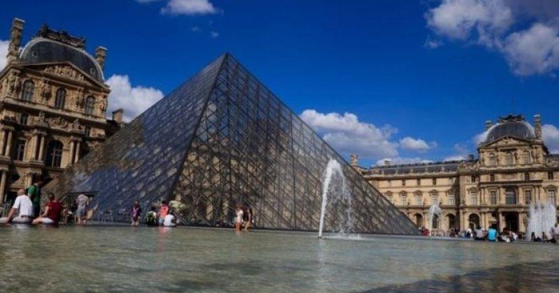 პარიზში ლუვრის მუზეუმის დაცვის წევრს თავს დაესხნენ