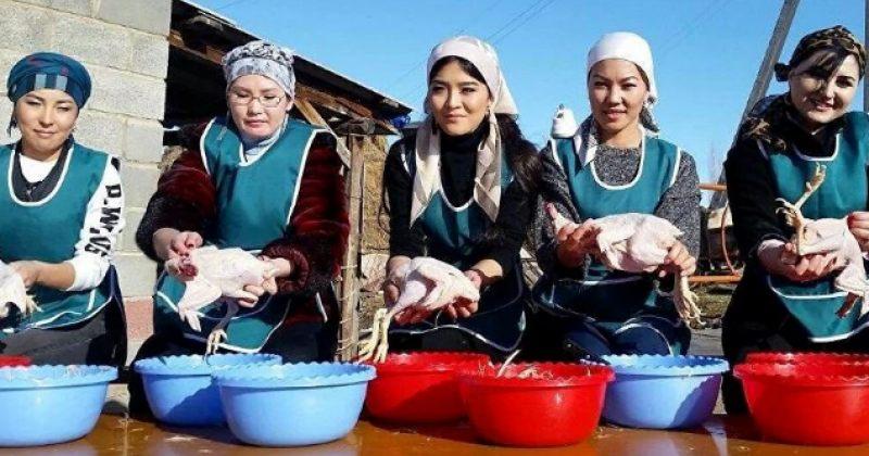 ყირგიზეთის რეალითი შოუში ქალები ერთმანეთს ქათმის პუტვაში ეჯიბრებიან