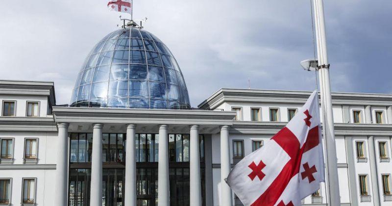 საბჭოთა ოკუპაციის დღესთან დაკავშირებით, სახელმწიფო შენობებზე დროშები დაეშვა
