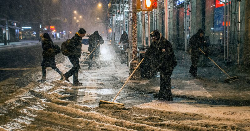 ნიუ იორკში მოსახლეობა დიდთოვლობას საკუთარი ძალებით ებრძვის