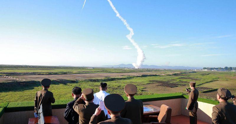 კიმ ჩენ ინი ჩრდილოეთ კორეის მიერ ბალისტიკური რაკეტის გამოცდას აკვირდება