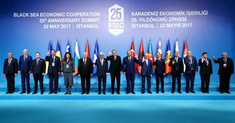დიმიტრი ქუმსიშვილი ხსნის, თუ რატომ დგას ფოტოზე რუსეთის პრემიერის გვერდით