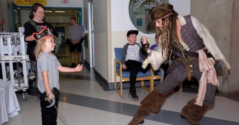 ჯონი დეპი ვანკუვერის ბავშვთა საავადმყოფოში - კაპიტანმა ჯეკ ბეღურამ ბავშვები გაახარა