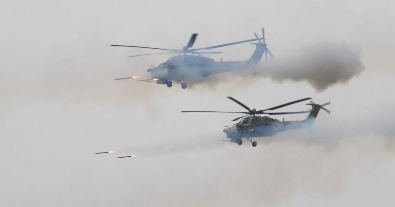 რუსეთის სამხედრო სწავლების დროს ვერტმფრენმა მაყურებლებს შემთხვევით ცეცხლი გაუხსნა