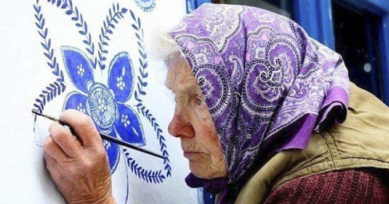 90 წლის ქალმა ჩეხეთის სოფელში შენობების კედლები მოხატა