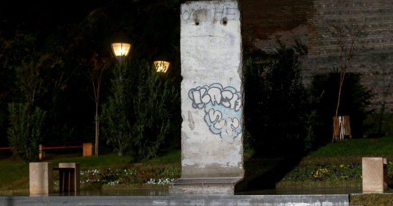 ევროპის მოედანზე ბერლინის კედლის ფრაგმენტი დაიდგა