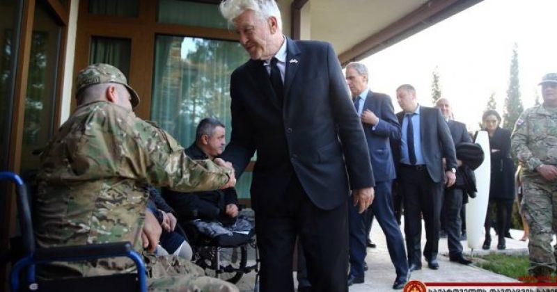 დევიდ ლინჩი წეროვანში სხვადასხვა სამხედრო მისიაში დაშავებულ ჯარისკაცებს შეხვდა