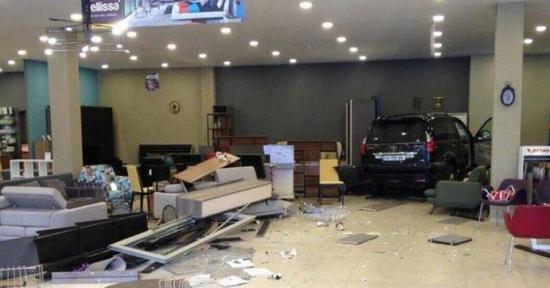 """ავეჯის მაღაზია """"ბელისაში"""" ავტომობილი შევარდა, შემთხვევის შედეგად არავინ დაშავებულა"""