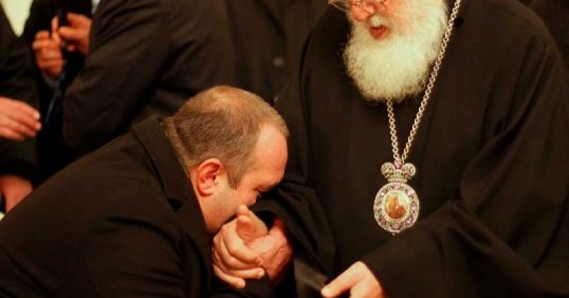 პრეზიდენტი: რელიგიას ვაქცევთ ხოლმე თავში ტაბურეტის ჩარტყმის საშუალებად