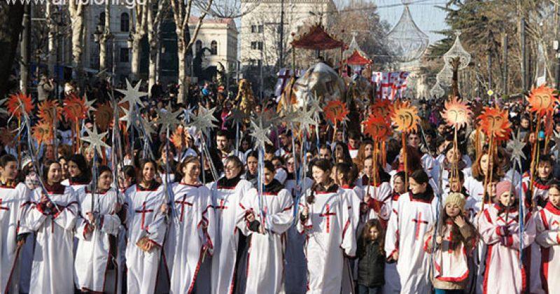 შობას მსვლელობა არ იქნება, მღვდლები მანქანებიდან კმევითა და გალობით მიულოცავენ ხალხს