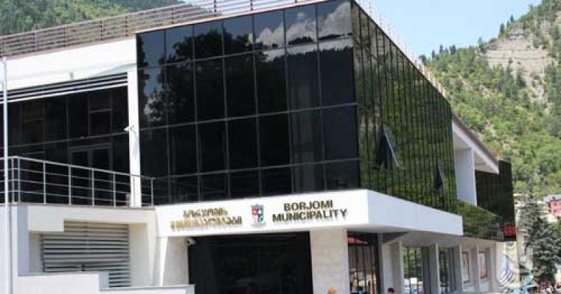 შსს: პოლიცია ბორჯომის საკრებულოში დეპუტატებს უსაფრთხოების დაცვის მიზნით არ უშვებს