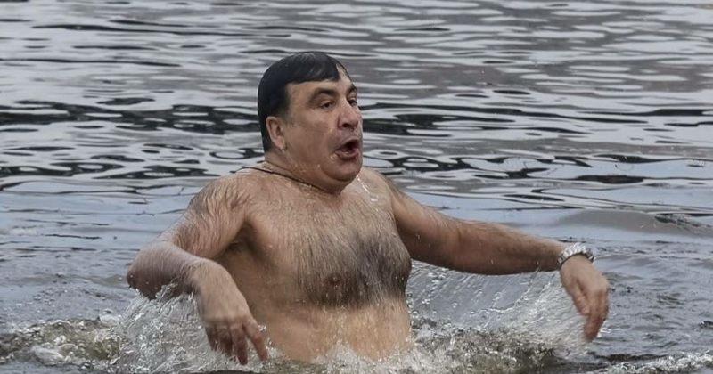 მიხეილ სააკაშვილმა ნათლისღებას ყინულიან წყალში გაცურა