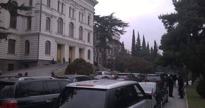 თსუ 100 - მთავრობის და სასულიერო პირების მანქანები უნივერსიტეტის ეზოში