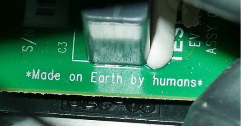 """""""დამზადებულია დედამიწაზე, ადამიანების მიერ"""" - წარწერა TESLA ROADSTER-ზე"""