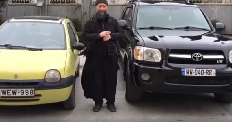 მღვდელი მანქანას ყიდის, რომ თანხა მონასტრების აშენებასა და გაჭირვებულებს მოახმაროს