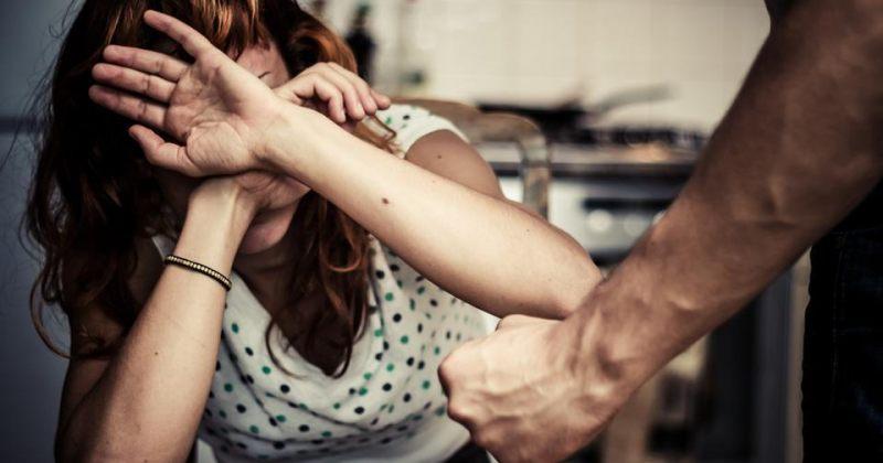 ძალადობისთვის ნასამართლევმა კაცმა ქალს თავში და სახეში ჩაარტყა, მას 2 წლით პატიმრობა მიესაჯა