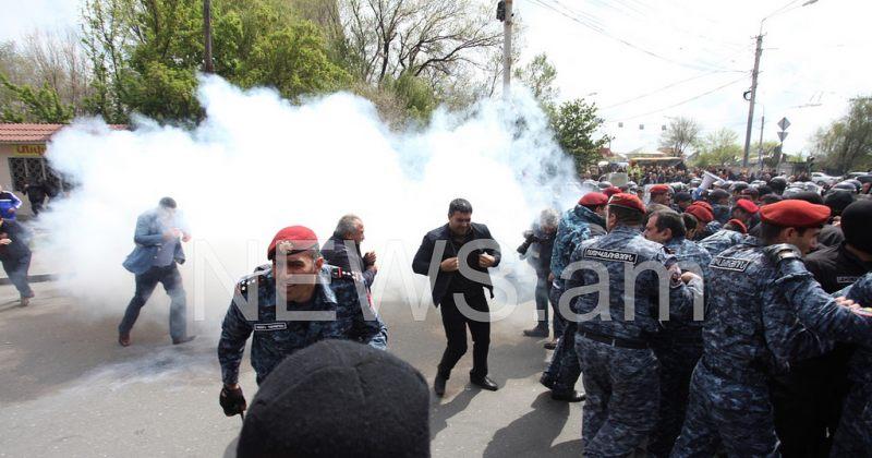ერევანში პოლიციამ აქციის დაშლა დაიწყო, არიან დაკავებულები (ფოტო, ვიდეო)