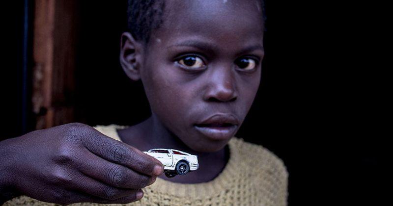 ფოტოგრაფმა, სხვადასხვა ასაკის ბავშვს სთხოვა, ეჩვენებინა საყვარელი სათამაშო [PHOTOS]