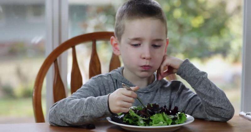 12 წლის ბავშვმა პოლიციაში დარეკა, მას შემდეგ რაც მშობლებმა სალათის ჭამა მოსთხოვეს