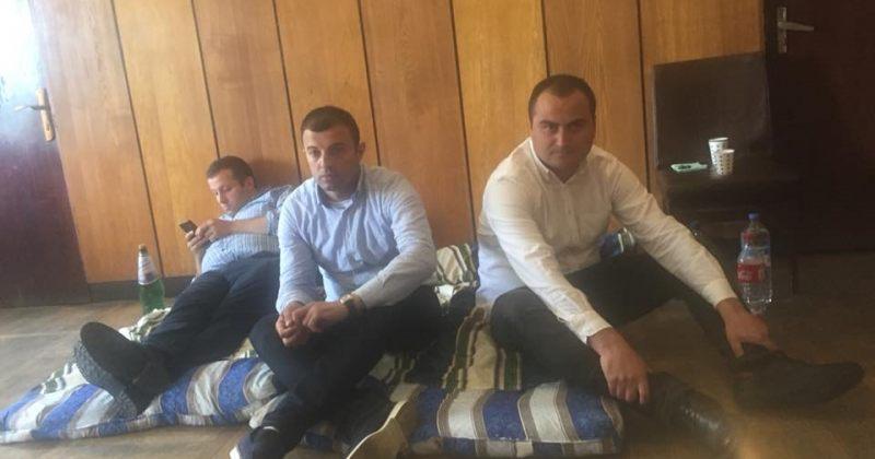 ოზურგეთის საკრებულოს შენობაში ენმ-ის წევრები შიმშილობას აგრძელებენ