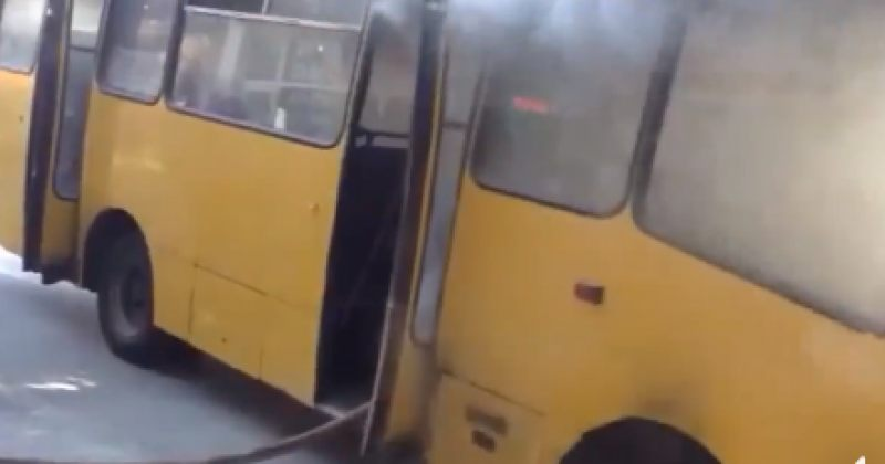 თბილისში ე.წ ყვითელ ავტობუსს ცეცხლი გაუჩნდა - დაიწვა ძრავი და სალონის ნაწილი [video]