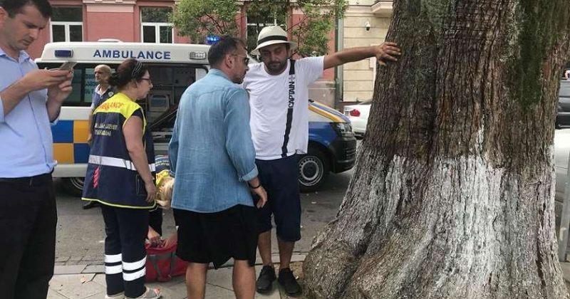 ბათუმში მოქალაქემ პროტესტის ნიშნად ხეზე ხელი მიიჭედა