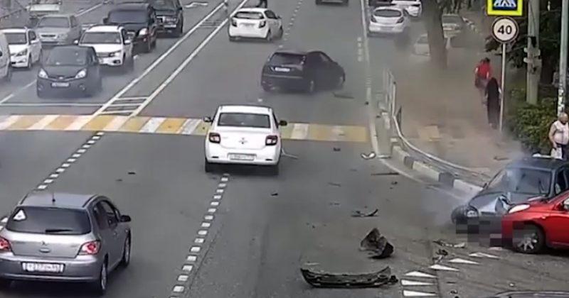 სოჭში მანქანა ფეხით მოსიარულეებს დაეჯახა, დაღუპულია ერთი მამაკაცი