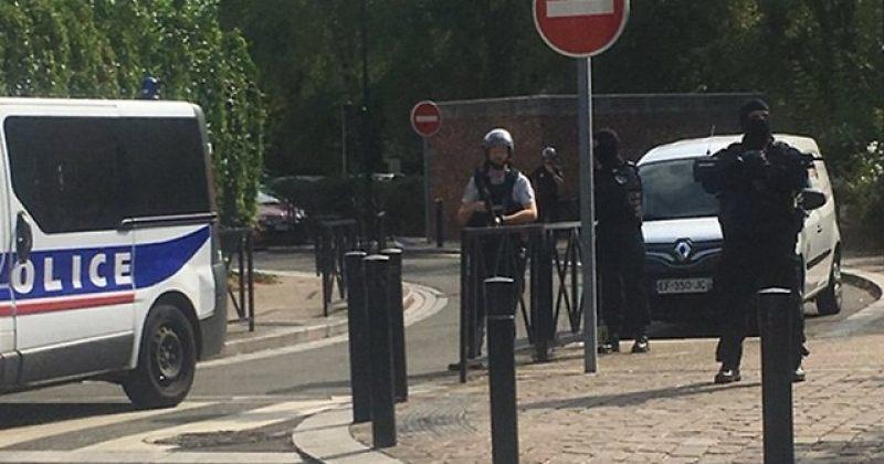 პარიზის გარეუბანში დანით შეიარაღებულმა კაცმა ორი ადამიანი მოკლა, ერთი კი დაჭრა