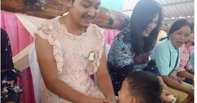 ტაილანდში მარტოხელა მამა დედის დღის აღსანიშნავად, შვილების სკოლაში კაბით მივიდა