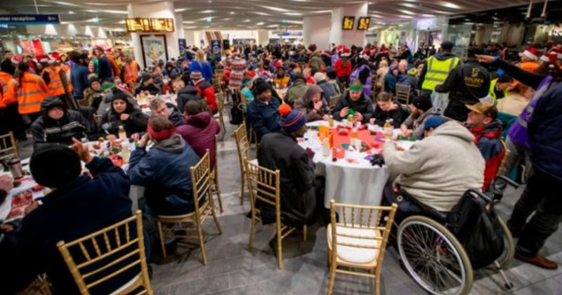 ინგლისში, მეტროს ერთ-ერთ სადგურში 200 უსახლკარო ადამიანს საშობაო სადილი მოუწყვეს