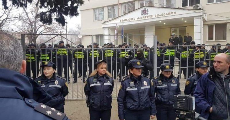 გურჯაანის სასამართლოსთან წინა ხაზზე მხოლოდ ქალი პოლიციელები დგანან
