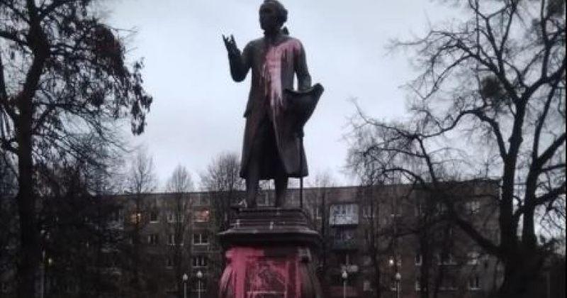 კალინინგრადში იმანუელ კანტის ძეგლს, საფლავს და მემორიალურ დაფას საღებავი გადაასხეს