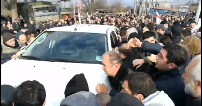 აქციის მონაწილეები ველისციხეში პოლიციის მანქანებისგან გზას ათავისუფლებენ (ვიდეო)