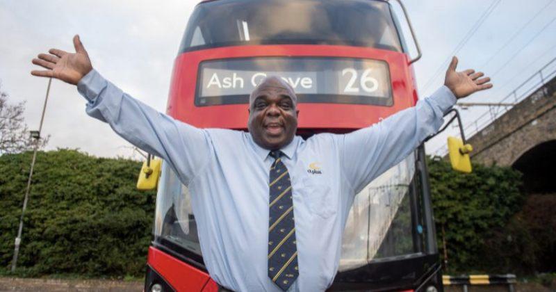 კაცი, რომელიც 20 წელი უსახლკარო იყო, ლონდონში ავტობუსის ყველაზე ბედნიერ მძღოლად დასახელდა