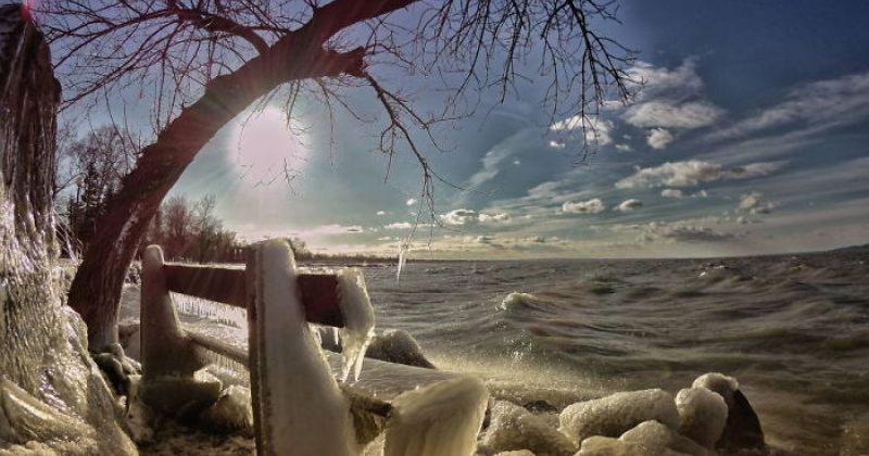 უნგრეთში ბალატონის ტბა გაიყინა და ის ყინულის ზღაპრულ სამყაროს მოგაგონებთ