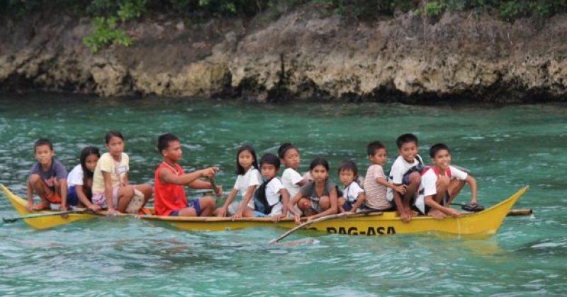 ფილიპინელ ბავშვებს, რომლებსაც სკოლაში მისასვლელად ცურვა უწევთ, ნავები აჩუქეს