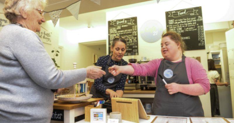 კაფე ინგლისში, რომელშიც მხოლოდ დაუნის სინდრომის მქონე ადამიანები მუშაობენ