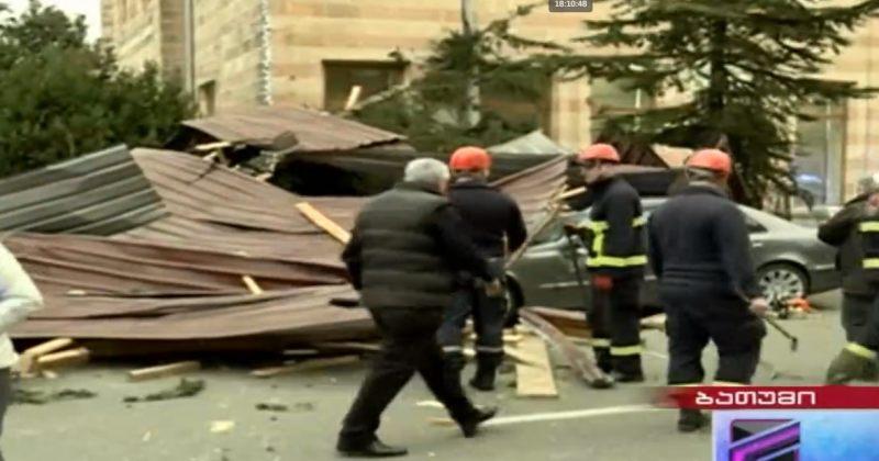 ბათუმში ძლიერი ქარის გამო სახურავი ჩამოიშალა, დაშავდა ორი ადამიანი