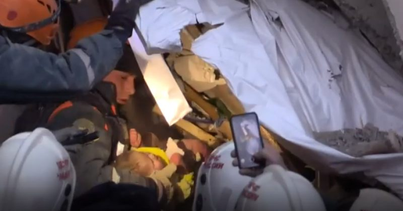 მაშველებმა მაგნიტოგორსკში კორპუსის ნანგრევებიდან 11 თვის ბავშვი ცოცხალი ამოიყვანეს [ვიდეო]