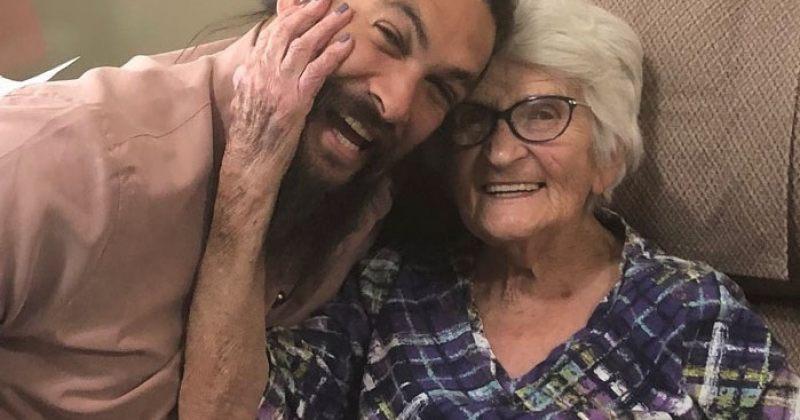 ჯეისონ მომოას ფოტოსესია ბებიასთან ერთად - სურათები