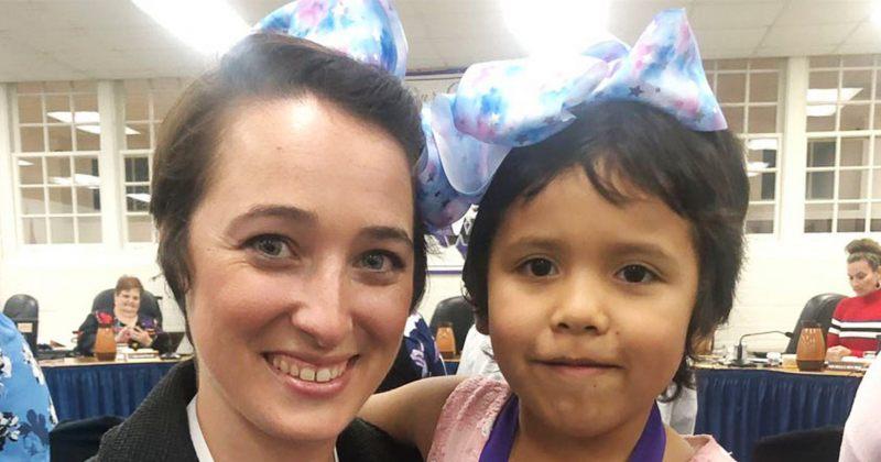 5 წლის გოგოს მოკლედ შეჭრილი თმის გამო დასცინოდნენ, მასწავლებელმა თმა მის მსგავსად შეიჭრა